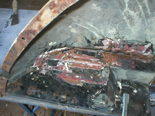 Erste schwere Durchrostungen, hier das Motorhaubenunterteil